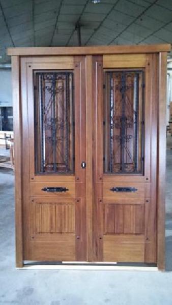 Puerta exterior en madera de iroko doble hoja puertas calvo for Puertas dobles de madera