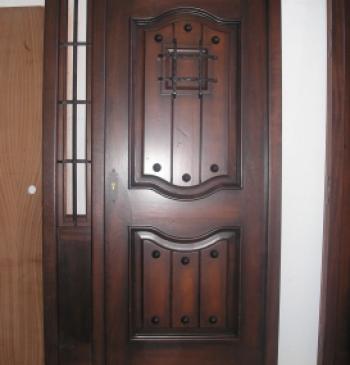 Puerta exterior en madera de iroko doble hoja puertas calvo for Puertas exterior baratas
