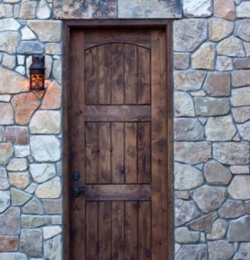 Puerta exterior en madera de iroko doble hoja puertas calvo for Puerta madera rustica