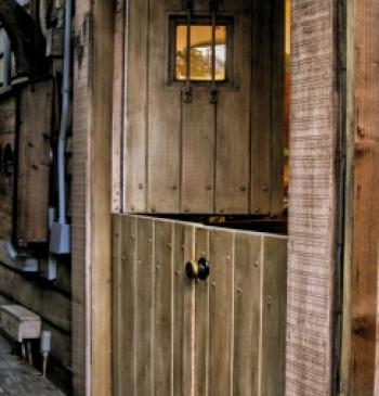 Puerta exterior en madera de iroko doble hoja puertas calvo for Puertas de madera maciza exterior